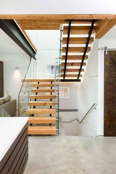 escalier à 2 volées, palier, 2 limons en métal et garde-corps en verre
