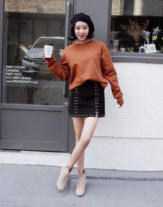 Để ấm áp và thời thượng hơn, bạn có thể mix chân váy da lộn với boots da lộn khác tone màu, trông sẽ cực kỳ hay ho.