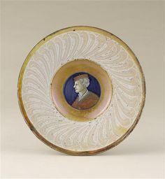Musée D'ecouen-  Assiette: homme en buste en médaillon. ECL2141. Vers 1530-1540. Avers. CASTELDURANTE (origine) Ht: 0.26 Diamètre: 0.2 m.