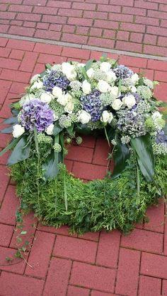 Blau - Weiß Funeral Floral Arrangements, Flower Arrangements, Diy Wreath, Door Wreaths, Funeral Sprays, Grave Decorations, Funeral Tributes, Sympathy Flowers, Funeral Flowers
