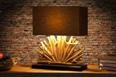 """Die eindrucksvolle Tischlampe """"Ventaglio"""" mit einem Fuß aus naturbelassenem Holz in aufwendiger Fächerform sorgt für ein rustikales Flair in Ihrem Ambiente. Jede Tischleuchte wird aufwendig in Handarbeit gefertigt! Sie erwerben mit jeder Lampen ein kunstvolles Unikat und kein industriegefertigtes Massenprudukt."""