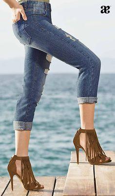 Irresistibles sandalias de tacón con flecos, su color café hace que puedas combinarlas con tus mejores looks de verano. #YoAndrea<3