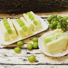 Refreshing dessert for tonite, almond chiffon sandwich w grapes #almond #chiffon #cake #chiffoncake #戚风 #雪纺 #蛋糕 #シフォンケーキ #シフォンサンド #시폰 #케이크 #instafood #instagram #foodlover #desserts #cakedecorating #cakeart #decorating  #baketoorder #homemade #手作り #手作りパン #baking #ベーキング #베이킹 #퀴니아망