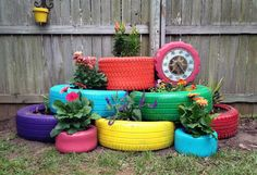 Creative DIY Garden Containers and Planters from Recycled Materials --> Turn Old Tires into Colorful Planters Tire Garden, Garden Planters, Hand Planters, Easy Garden, Old Tire Planters, Pallet Planters, Upcycled Garden, Garden Web, Pallet Fence