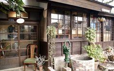 昭和レトロ雑貨なら西日本最大級の熊本市昭和レトロショップすずらん堂アンティークキッチン雑貨や花柄モダン可愛いインテリアやまぶどう籠バッグのお勧めな熊本市のオンラインショップです Japanese Architecture, Historical Architecture, Architecture Design, Interior Garden, Interior And Exterior, Japanese Style House, Retro Cafe, Rustic Loft, Japanese Interior
