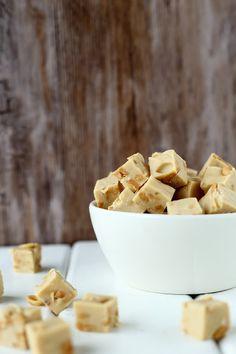 Suklaapossu: Helpot valkosuklaafudget. Mokka, suolapähkinä, valkosuklaa, kondensoitu maito Candies, Fudge, Cereal, Sweets, Chocolate, Baking, Breakfast, Desserts, Recipes
