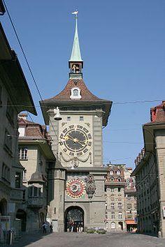 """Zytgloggeturm -Zytgloggeturm es una torre del reloj en Suiza, Berna. Traducido del dialecto suizo: """"Zyt"""", Hora; """"Glogge"""", Campana y """"Turm"""", Torre. """"Torre Campana de la hora"""", Campanario de la hora o simplemente Torre del Reloj.  La Zytgloggeturm fue construida por la ciudad-estado de Berna cuando se levantó. Su construcción empezó en 1191 y fue finalizada en 1256. Con la evolución de la ciudad, la torre fue quedando más y más al centro. Por un tiempo fue utilizada como prisión para mujeres…"""