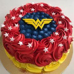 Wonder Woman Cake, Wonder Woman Birthday, Wonder Woman Party, Superhero Cake, Superhero Birthday Party, Birthday Cake Girls, Birthday Parties, Valentines Baking, Movie Cakes
