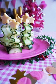 Kerstboompjes van Komkommer & Kaas / Christmas snacks: xmas trees made of cucumber and cheese Christmas Feeling, Christmas Snacks, Xmas Food, Christmas Appetizers, Appetizers For Party, Savory Snacks, Yummy Snacks, Cute Food, Good Food