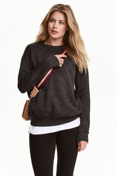 Sweatshirt: Long-sleeved top in sweatshirt fabric with ribbing at the cuffs and hem. Soft brushed inside.