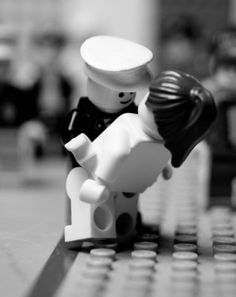 Lego dip... lego recreating the famous kiss