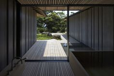 Kuma PC Garden East Japan 03/2013 Private residence 195 m2 *not available for publication PC Garden 東日本 2012年5月 個人住宅 765 m2 太平洋を見下ろす崖の上に立つ、風車型プランを持つヴィラ。 幅85mmと135mm、厚さ180mmと220mmのプレキャストコンクリート部材を並べ、これをpc鋼棒で緊結することによって構造壁とした。このように「薄い」部分をユニットとして建築と作りあげることで、通常のコンクリート建築にはない、やわらかさと軽やかさとを獲得することができた。 *not available for publication