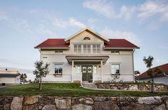 Snygg fasad med stående liggande och avslutningsvis stående 4451_Jakobsdal_exteriör framsida 2015_1000x600