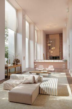 Decoração de ambiente para Casacor SP 2019 em rosé. Pendente, luz natural, poltrona rosa, mesa de centro com adornos, tapete, quadrinhos, aparador de madeira com vaso com flores. #decor #casacor #casacorSP #casadevalentina