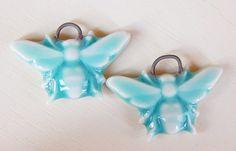 Handmade porcelain Earring Pairs Turquoise bees . por Majoyoal