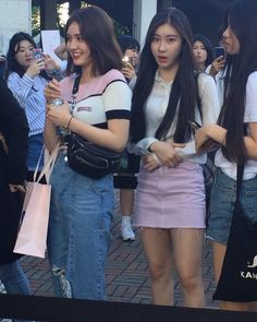 [PHOTO] 180519 Somi with JYPE trainees spotted at Twice concert. Jeon Somi, Pink Fashion, Daily Fashion, Korean Girl, Asian Girl, Jyp Trainee, Korean Best Friends, Chaeyoung Twice, Jennie Blackpink