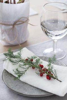 Vintergrønn+gren+og+ilexbær+som+kuvertpynt