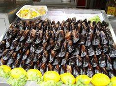 Midye dolmasi (stuffed mussels) in Türkiye