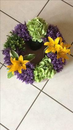Blumenkranz aus Lavendel, Hortensien und Lilienblüten. Einfach auf einer Runde durch den eigenen Garten gepflückt und im Kranz gesteckt.