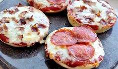 Pizza Bagels 3 TJ's Bagels cut in half (for a total of 1 jar TJ's Pizza sauce 1 package TJ's Shredded Mozzarella 9 pieces TJ's Pepperoni 4 pieces TJ's Fully Cooked Uncured Apple Smoked Bacon, chopped Toaster Oven Pizza, Toaster Oven Recipes, Pizza Recipes, Lunch Recipes, Cooking Recipes, Budget Recipes, Oven Cooking, Whole Wheat Bagel, Bagel Recipe