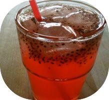 Fazer suco de chia com água de coco na dieta de emagrecimento. A chia possui maiores quantidades de ômega 3, fibras e proteínas, o qual mantém saciado (a)