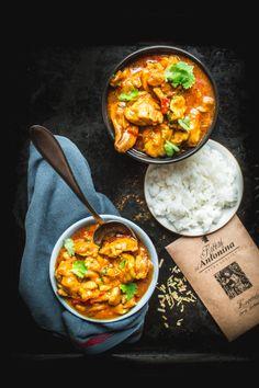 1/7 Na 2 lžících rostlinného oleje ve velké pánvi na mírném ohni necháme zesklovatět nahrubo nasekaný zázvor (špalíček o velikosti menšího palce), 1... Asian Recipes, Ethnic Recipes, Fish And Chips, Chicken Recipes, Curry, Food And Drink, Cooking Recipes, Japanese, Eat