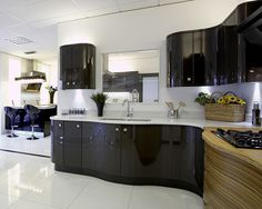 An Avant Terra high gloss kitchen design idea. Modern Kitchen Apartment, Cool Kitchens, Black Kitchens, Kitchen Plans, Contemporary Kitchen, Gloss Kitchen, Curved Kitchen, Kitchen Accessories, Modern Kitchen Design
