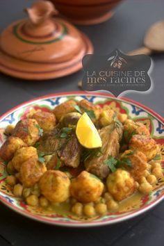 #algerianfood Tajine el khoukh est un plat traditionnel algérien typique de la ville d'Alger néanmoins très connu dans le reste du pays ,il porte le nom de tajine el khoukh qui veut dire tajine aux pêches bien qu'il n'y aucune pêche dans ce plat mais des boulettes de pommes de terre farcies de viande hachée cuites accompagnée de viande et d'une sauce blanche parfumée à la cannelle très goûteuse