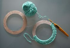 Just pinned for alternative to using a bracelet: Cut out cardboard rings as base for larger crochet picture frames. Blog in French but based again on LolaNova