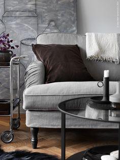 Den nya serien STOCKSUND består av en 2-sits och 3-sits soffa, fåtölj, sittbänk med förvaring och en fotpall. Klädseln Nolhaga finns i tre naturtoner och har fina detaljer som kantband och veck.