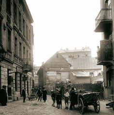Ten fragment ulicy Meiselsa to jeden z malowniczych zaułków na Kazimierzu. Widoczny w głębi jednopiętrowy budynek już nie istnieje. W tle widać kamienice przy ulicy Krakowskiej. Zdjęcie zrobiono w 1935 roku.