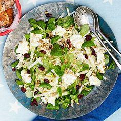 Kålrabbi är en grönsak som är lätt att glömma bort. Men skuren rå i tunna stavar ger den ett fräscht och gott krisp i en sallad med syrligt äpple, mâchesallad och torkade tranbär. Chèvre bidrar med sälta och krämighet, solrosfrön bra crunch. Gott till rökt fisk!