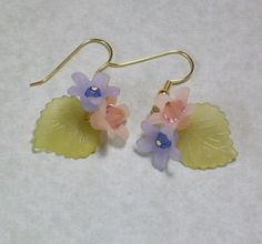 Delicate lucite flowers with little crystasl. Theyre so cheerful to work with. Leaf Jewelry, Jewelry Crafts, Beaded Jewelry, Flower Jewelry, Lucite Flower Earrings, Bead Earrings, Handcrafted Jewelry, Earrings Handmade, Bijoux Diy
