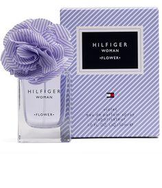 Hilfiger Flower Woman Violet  é uma  fragrância de Tommy Hilfiger . Seus aromas capturam a essência de um primeiro encontro, despertando a espontaneidade e o carisma em um universo leve, apaixonante e encantador. Revelando uma feminilidade moderna, esse perfume inspirado no amor traduz o carisma e a emoção de uma forma inesquecível.  As notas de saída abrem a fragrância com o frescor frutal da tangerina e uma cativante nota de framboesa. O coração traz notas elegantes de violeta, pétalas…