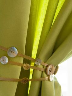 An older child will love designing a creative curtain draw. Have her choose a ribbon. Cut it so it's long enough to wrap about the curtain several times and tie in a bow. Before tying around the curtain, attach buttons to the ribbon using hot glue. Button Crafts For Kids, Fun Crafts, Arts And Crafts, Curtain Drawing, Sewing Projects, Craft Projects, Sewing Ideas, Use E Abuse, Curtain Tie Backs