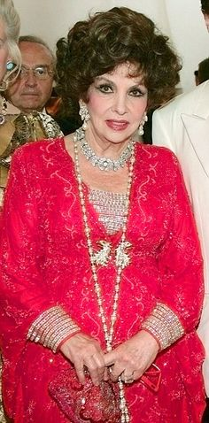 Dripping with diamonds: Gina Lollobrigida in 2006 wearing a Bulgari necklace that is up for auction with a top estimate of Gina Lollobrigida, Italian Actress, Tiaras And Crowns, Bvlgari, Movie Stars, Famous People, Crockpot, Jewelery, Auction