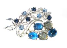 Blue & Silver Coro Rhinestone Brooch with Glass Cabochons and Sparkling Light and Dark Blue Stones - Vintage Jewelry Gift Idea For Her op Etsy, 9,77€