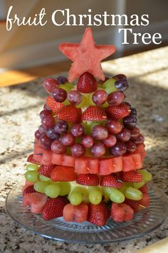 Christmas Tree Tutorial Fruit Christmas Tree Tutorial - easy, healthy and delish holiday party food idea!Fruit Christmas Tree Tutorial - easy, healthy and delish holiday party food idea! Fruit Christmas Tree, Christmas Snacks, Xmas Food, Christmas Brunch, Christmas Appetizers, Christmas Cooking, Holiday Dinner, Christmas Goodies, Diy Christmas