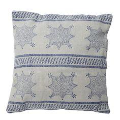 Wauw wat een mooi patroon! Sierkussen Salihli geeft een draai aan de uitstraling van je interieur. Op het kussen is een mooi patroon uitgewerkt. Woonkussen Salihli is decoratief, stoer, praktisch en geeft een unieke touch aan je interieur. Met dit kussen word het meteen gezelliger en knusser. Het kussen komt van het merk Light & Living en word inclusief binnenhoes geleverd. Sierkussen Salihli in de kleur blauw is gemaakt van textiel en heeft de afmeting 50x50.