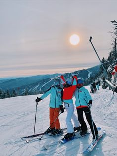 Discover recipes, home ideas, style inspiration and other ideas to try. Snowboarding Outfit, Snowboarding Quotes, Ski Girl, Fotos Goals, Snow Pictures, Ski Season, Snow Skiing, Winter Pictures, Ski And Snowboard