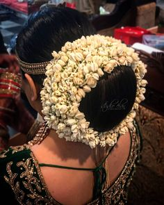 South Indian Bride Hairstyle, Indian Bridal Hairstyles, Bride Hairstyles, Indian Flowers, Big Bun, Flowers In Hair, Updo, New Hair, Buns