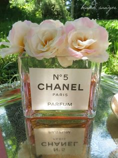 Make your own inexpensive DIY faux perfume Chanel Vase for flowers in your home with this easy step by step tutorial! Chanel Birthday Party, Chanel Party, 60 Birthday, Flower Vases, Flower Arrangements, Chanel Flower, Sweet 16 Themes, Chanel Decor, Home Decoracion