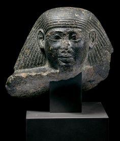 TÊTE MASCULINE DE STATUE-CUBE.  Égypte, Thèbes, probablement temple de Mout, Nouvel Empire, XVIIIe dynastie, règne d'Aménophis II.