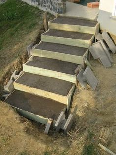 A staircase made of reinforced concrete Horticulture made yourself Modern Landscape Design, Modern Landscaping, Backyard Landscaping, Outdoor Steps, Patio Steps, Outside Steps, Front Yard Patio, Tuscan Garden, Garden Stairs