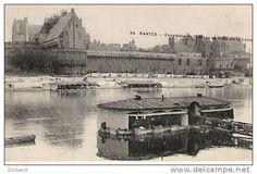 Nantes,  un bateau-lavoir face au chateau