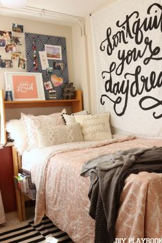 Cute dorm room ideas that you need to copy! These cool dorm room ideas are perfect for decorating your college dorm room. You will have the best dorm room on campus! Cute Dorm Rooms, College Dorm Rooms, Cozy Dorm Room, Diy Room Decor For College, Dorm Room Desk, Dorm Room Signs, Dorm Room Storage, Dorm Walls, College Dorm Bedding