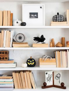Last-Minute Halloween Decorating Ideas Straight From HGTV Stars' Homes Halloween Room Decor, Cheap Halloween Decorations, Cute Halloween, Halloween Photos, Homemade Halloween, Cake Decorations, Paper Halloween, Halloween 2020, Target Halloween Decor