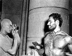 back stage de Los diez mandamientos (película de 1956): Yul Brynner era Ramsés y Charlton Heston era Moisés