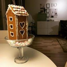 """""""Äiti mitäs me oikein tehdään tuolle piparkakkutalolle? Se on ollut tuossa pöydällä jo ainakin 10 päivää (siis 2 päivää)"""" tiedustelee (nälkäinen) 5-vuotias.  #piparkakkutalo #pepparkakshus #gingerbreadhouse #gingerbread #pipari #leivonta #baking #jul #joulu #christmasdecorations #christmas #myhome"""