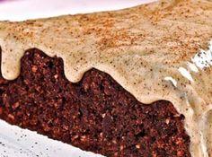 Receita de Bolo de liquidificador de Banana e Chocolate com Ganache - bolo. Fonte:... 6 bananas nanica, 5 ovos, 2 xícaras (chá) de açúcar, 2 xícara (chá) de farinha de rosca, 1 xícara (chá) de chocolate em pó, 1 xícara (chá) de castanhas ou nozes trituradas, 1 colher (sopa) de fermento em pó, 1 colher (sopa) de bicarbonato, Cobertura:, 250g de chocolate branco, 1 lata de creme de leite, 1 colher (sopa) bem cheia de canela em pó